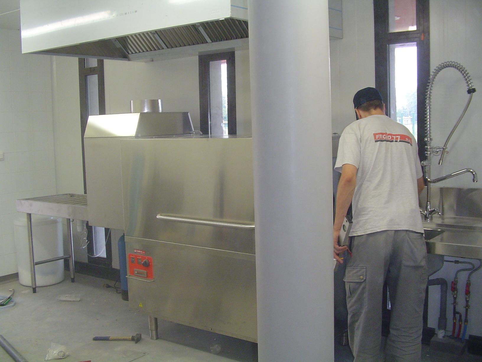 installation d'un lave vaisselle par un technicien monteur